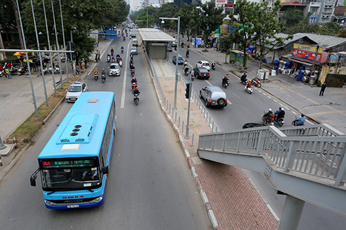 Xe buýt nhanh sẽ đón trả khách ở làn ngoài cùng, cạnh dải phân cách giữa, thay vì đón trả khách như xe buýt truyền thống hiện nay. Ảnh: Bá Đô