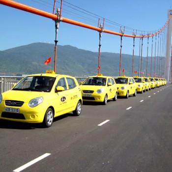 quang-cao-tren-xe-taxi-tien-sa-tai-da-nang