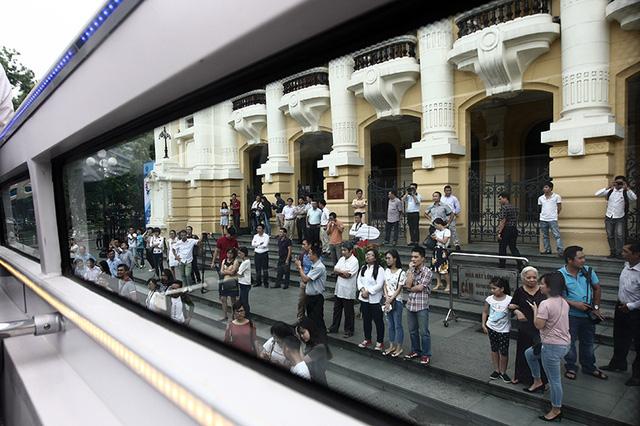 Khá nhiều người dân thủ đô mong đợi được là những hành khách đầu tiên.