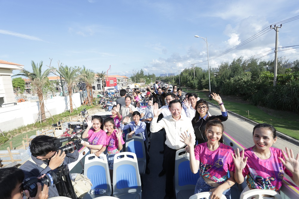 Khách mời và du khách hào hứng ngắm Đà Nẵng xinh đẹp trên tầng 2 Coco City Tour