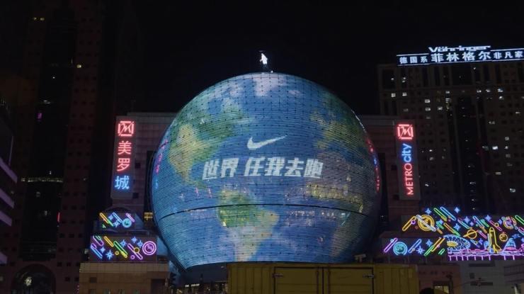Ấn tượng với quả cầu quảng cáo ngoài trời khổng lồ của Nike React